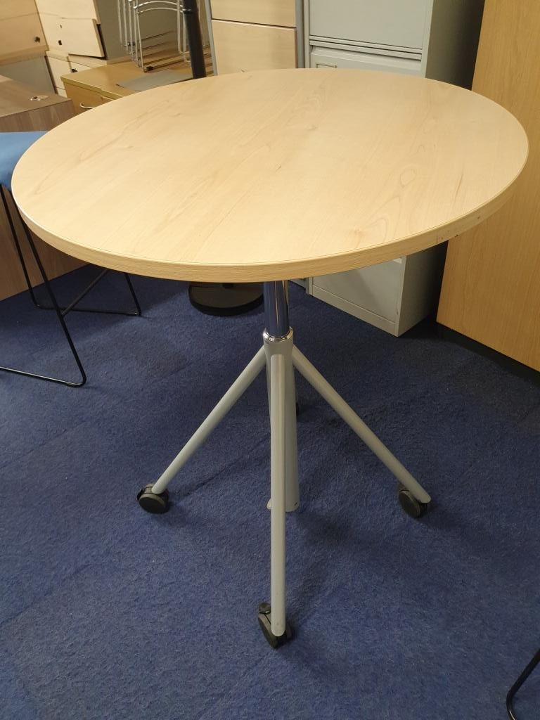 Poseur table on castors